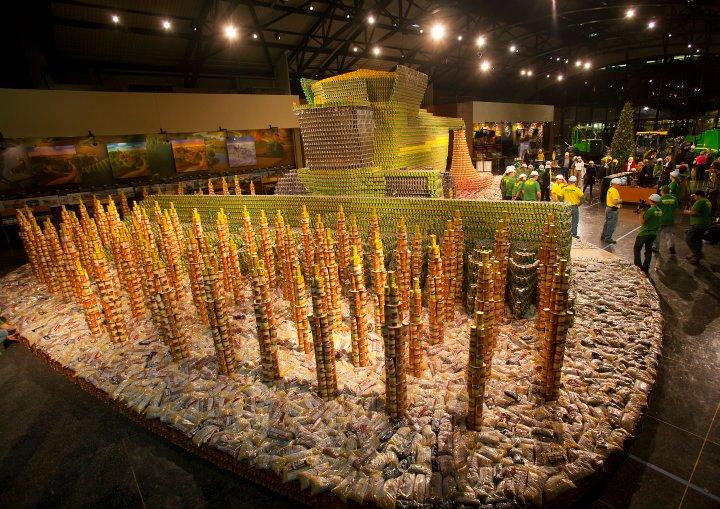 קומביין ושדה חיטה שעשויים מפחיות שימורים של מזון